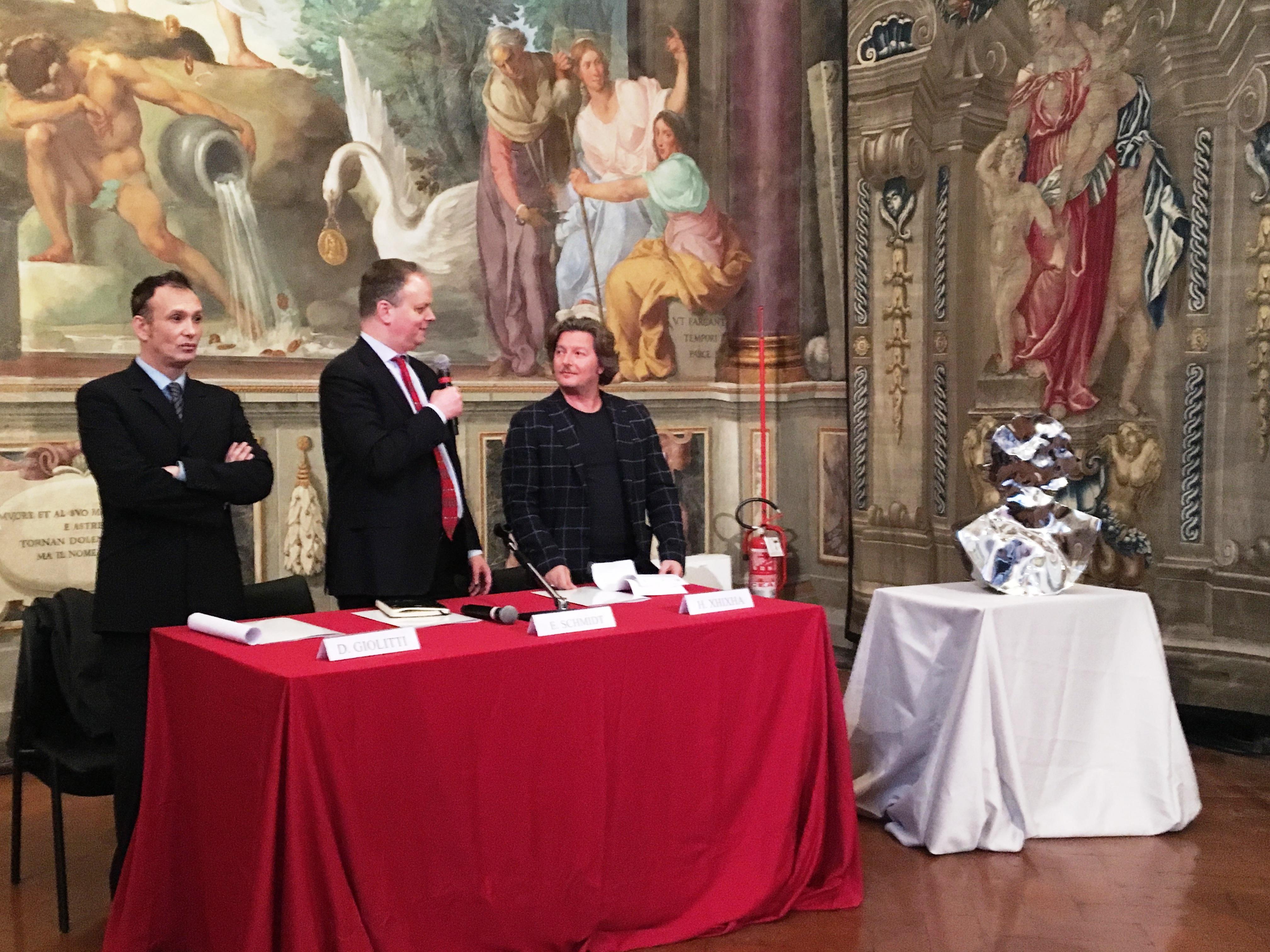 Un momento della conferenza stampa al Museo degli Argenti a Palazzo Pitti per la presentazione della mostra di Helidon Xhixha In Ordine Sparso